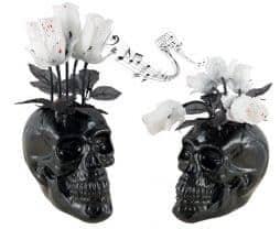 Crane noir avec fleurs